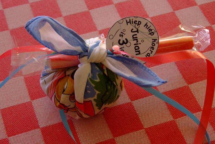 KNAPZAKJE:  een kinderzakdoekje gevuld met snoep, gebruikt als kindertraktatie voor de 3e verjaardag van Jurian.