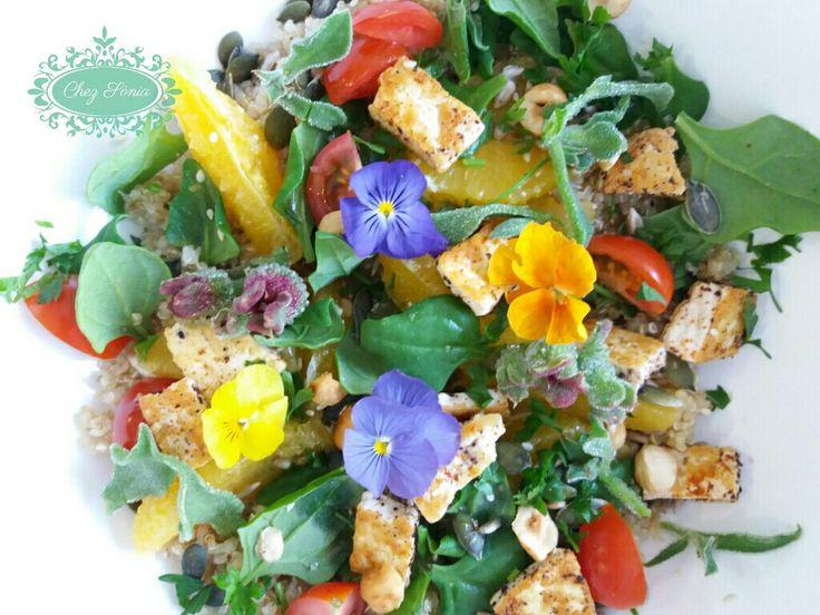 Salada fresca de verão com quinoa, tofu e verduras.