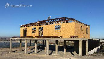 Proceso de construcción de vivienda unifamiliar de 180 m2 . Edificación a 4 aguas construida con muros en entramado con aislación acabado en al interior en pladur. Exterior de muros en recubrimiento SATE,. Estructura principal de cubierta en madera laminada. T: +34 687 03 15 65 e: info@navarrolivier.com w: https://navarrolivier.com/ #casa #madera #vivienda #CasaRural #Arquitectura #Carpinteria #Tinyhouse #4aguas #chalet #Almeria