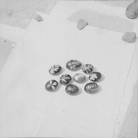 Βάφουμε αβγά σήμερα!!! Καλό Πάσχα!!! Πάρος, 1965-1975. Φωτογραφία Ζαχαρίας Στέλλας - Φωτογραφικό Αρχείο Μουσείου Μπενάκη Let's dye our easter eggs!!! Happy Easter!!! Paros island, 1965-1975. Photograph by Zacharias Stellas -Benaki Museum Photographic Archives