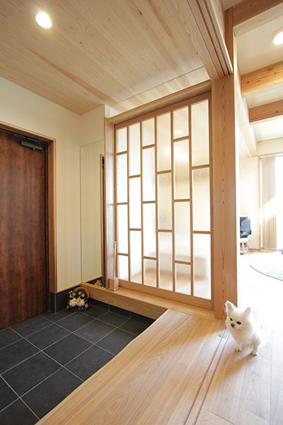 玄関とリビングを間仕切るガラス戸。光が玄関まで届きます。型板ガラスなので、室内が丸見えになりません。
