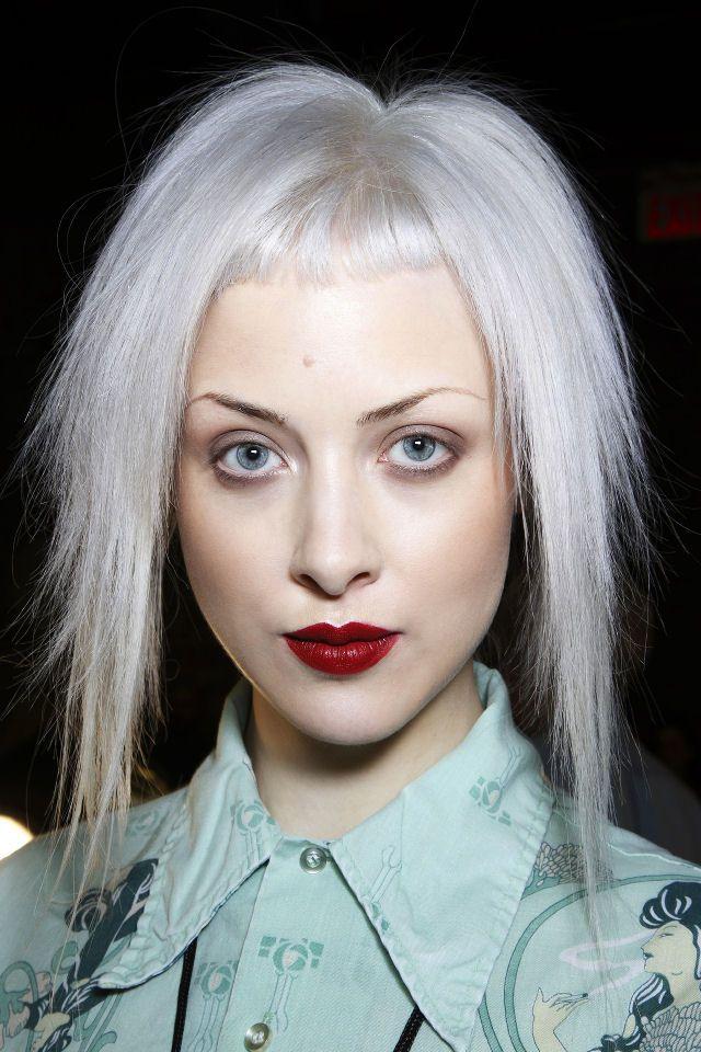 Colore capelli: addio biondo platino, è tempo di grigio-blu #bluegrayhair