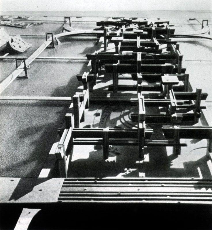Фантастика в градостроительных исканиях выдающихся современных архитекторов. Кепзо Танге. Проект надводного Токио. Макет линейного сити, связанного поперечными мостами с жилыми комплексами