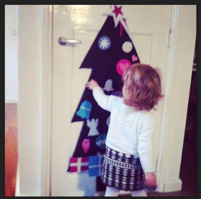 Kerstboom van vilt, naar voorbeeld op welke Zelfgemaakte vilten kerstballen, klokjes en engeltjes.  Ik heb de kerstboom wel vast gemaakt op een houten plaat (in dezelfde vorm gezaagd) en plakklittenband op de achterkant kerstballen geplakt. (vilt plakt idd op vilt maar niet zo stevig en niet alle soorten even goed)( Tip: lijm het klittenband en de versiersels op de kerstballen extra vast met een lijmpistool....