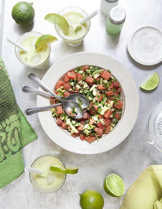 Recette Margarita à l'avocat, salsa pastèque : Préparez les margaritas. Découpez grossièrement la chair des avocats en morceaux et mixez-les au blender avec le jus des citrons. Ajoutez le sucre et la tequila, mixez à nouveau, puis shakez avec des glaçons. Étalez un peu de fleur de sel sur ...