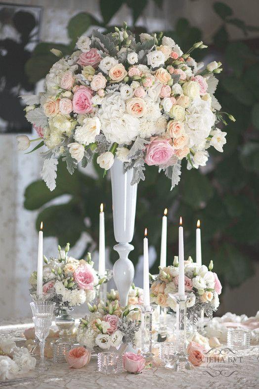 Композиция кремового цвета в высокой вазе для свадьбы