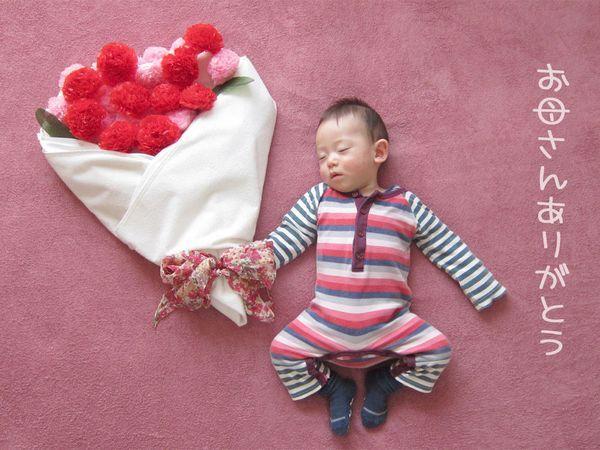 赤ちゃんのいるパパとママに大人気の「寝相アート」。単純に写真を撮るだけでもかわいい赤ちゃんですが、寝ている時にまわりを飾ってあげてから撮るとまた違ったかわいらしさがあります。そしてアイデア次第ではそれは独特の世界観を持つ立派なアートになるのです。今回はそんな「寝相アート」の基本的な作り方や注意点、そして様々な作品をご紹介していきます。アイデアが浮かばないという方は是非参考にしてみてくださいね! (3ページ目)