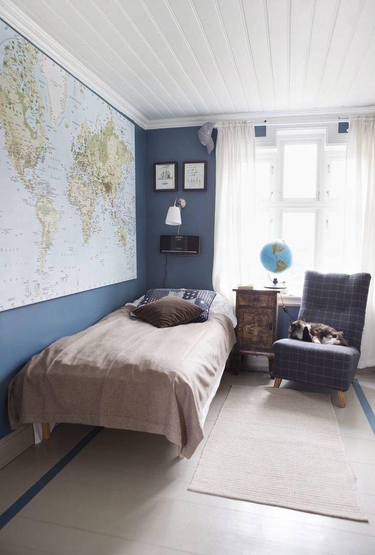 GUTTEROM: Kartet fra Ikea er blikkfang og står fint til den blå veggfargen. Den gamle stolen er trukket om. Nattbordet er et funn fra finn.no.