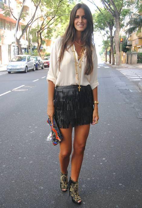 Falda de flecos con camisa blanca, sandalias y clutch.