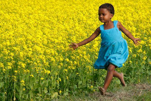 running girl: Fields Of Flower, Flower Fields Photo People, Beauty Children, Summer Party, Baby Girls, Flower Children, Beauty Art, Flower Girls, Yellow Flower