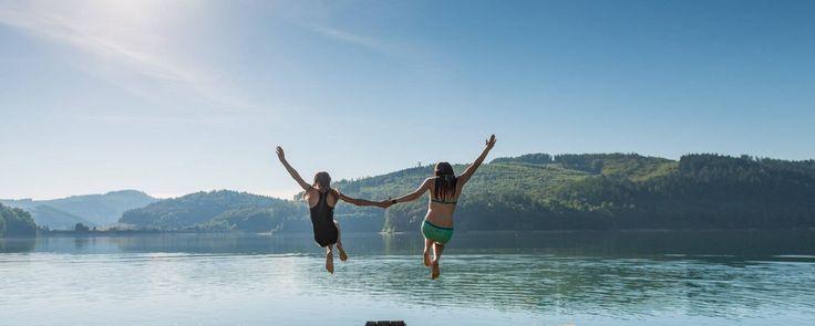 Mädchen springen in den Hennesee, © Tourismus NRW e.V., Dominik Ketz