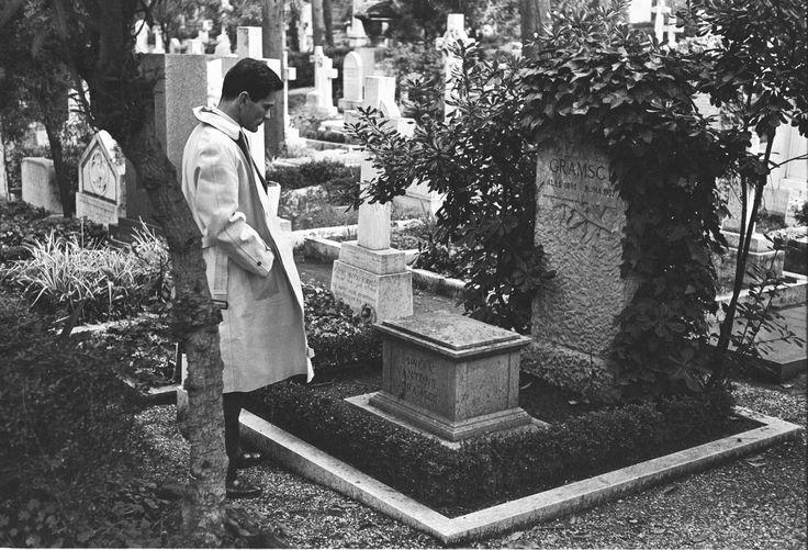 pasolini -  davanti alla tomba di A. Gramsci.