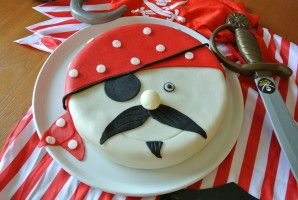 A l'occasion des 7 ans de mon p'tit Arthur, j'ai réalisé mon 1er gâteau en pâte à sucre : Moule utilisé : moule génoise 22cm (FM336) Recette brownies : référez-vous à la recette du livre &Cook'in au quotidien& page 75 Ingrédients pour la déco en pâte...