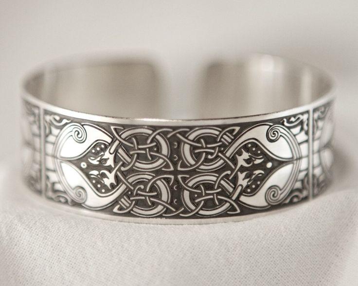 Brazalete de arte celta grabado en plata esterlina de los Evangelios de Macregol, hecho a mano en Escocia. de BrawCrafts en Etsy https://www.etsy.com/es/listing/255860078/brazalete-de-arte-celta-grabado-en-plata