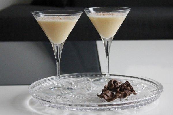 Pornstar 43: Licor 43 (1 deel) Witte chocolade likeur (0,5 deel) Passievruchtsap (2 deel) Limoen (1 partje) Eiwit (1/2 deel van een ei) Chocolade (schaafsel)