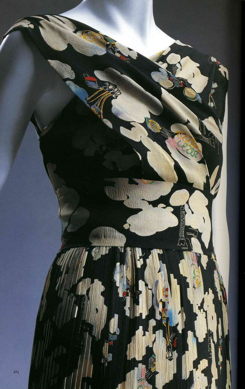 Вечернее платье. Эльза Скиапарелли, около 1937. Черный шелковый креп, набивной рисунок, плиссировка, пояс из той же ткани.