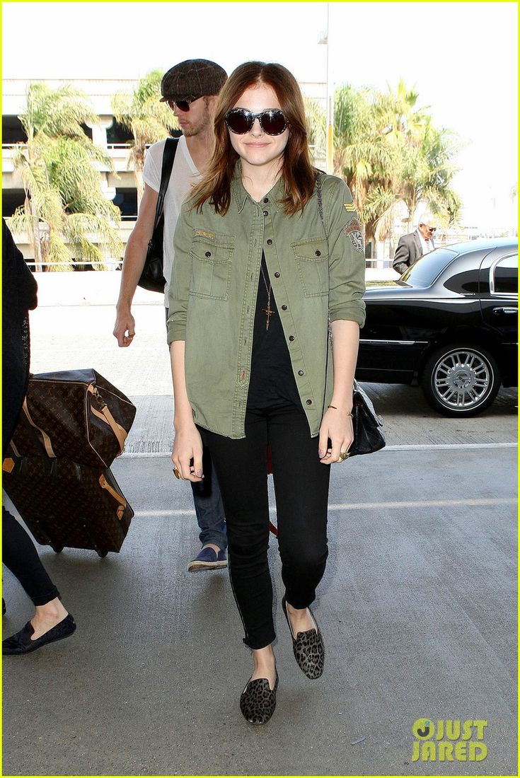 chloe moretz doesnt like new iphone update 01 Chloe Moretz arrives at LAX Airport to catch a flight out of town on Thursday (September 19) in Los Angeles.    The 16-year-old Carrie star was joined for her trip…