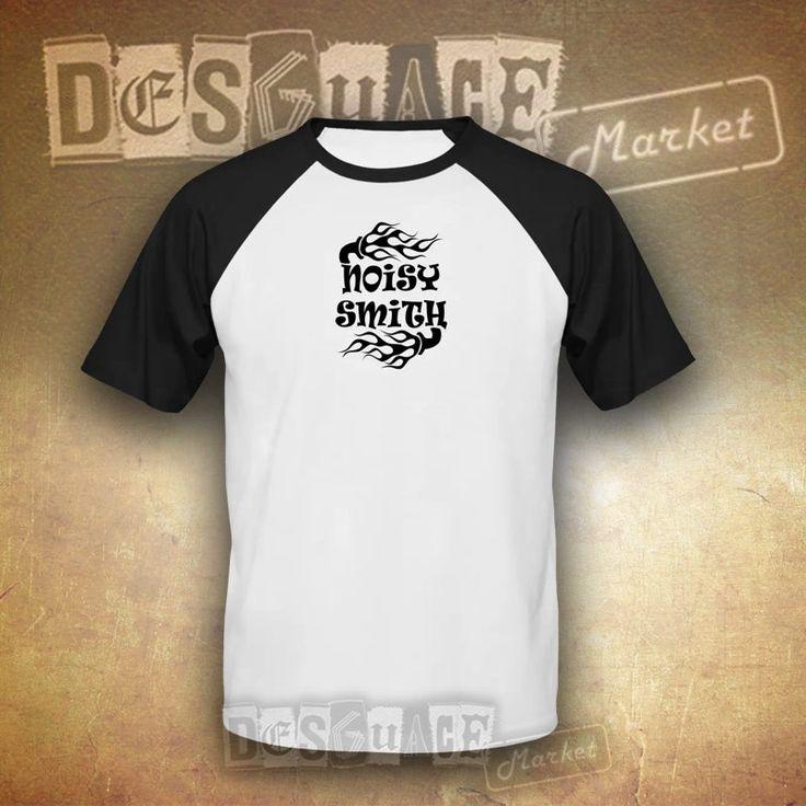 Camiseta béisbol de Noisy Smith, diseño exclusivo. Camiseta de manga corta con impresión frontal. 100% algodón y corte clásico.