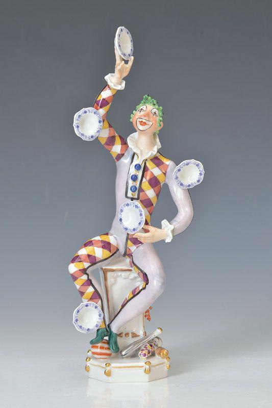 Porzellanfigur, Meissen, Entw. Peter Strang, 1976, Harlekin mit Meissener Zwiebelmuster- Tellern jonglierend, qualitätvolle polychrome Bemalung, achteckiger Sockel mit Kegeln und Bällen, Goldstaffage, H.ca. 27 cm  1178,- €