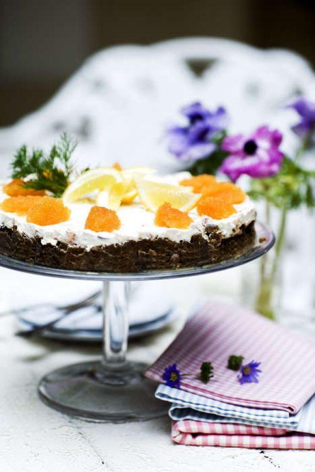 Det här en sorts cheesecake som passar perfekt på en buffé eller som förrätt. Gör gärna cheesecaken dagen innan den ska serveras.