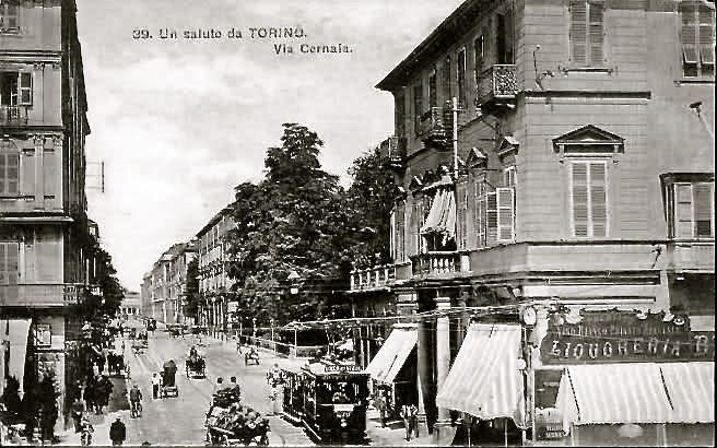 VINTAGE TORINO Via Cernaia , partendo da Piazza Solferino . Sulla destra non c'è ancora il palazzo delle Generali e nemmeno i portici, ma una bella casa con due colonne davanti all'ingresso ed un negozio di liquori sull'angolo di piazza Solferino..