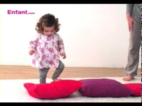 Baby gym à la maison. éveil corporel pour bébé de 2 ans
