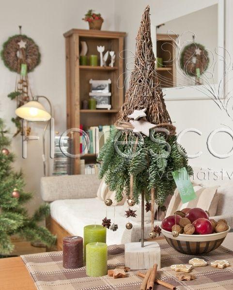 Vánoční dekorace stromeček, Kč 530,- / Vánoční dekorace z šišek, větviček, vlny, kůry, koření a chvojí z kolekce Svátky u krbu 2012. Hodí se do každého interiéru, kam vnese kousek vánočního lesa. Chvojí je živé, ale neopadavé. Ostatní doplňky jsou trvanlivé, konstrukci lze tedy používat o