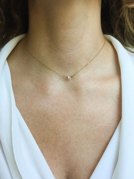Echte Herkimer Diamant Kristall, zierlich und funkelnd auf eine benutzerdefinierte Länge 14k gold gefüllt-Kette. Achten Sie darauf, ein Grundnahrungsmittel Stück geworden, das Sie nie ausziehen wollen! Es ist so schön und passt zu allem! Perfekt für sich allein oder für die Schichtung mit meiner längeren Stücke! In 15-Zoll Länge gezeigt. Angebot gilt für 1 Halskette, wie beschrieben. Was ist Gold-filled? Gold-filled Schmuck enthält fast 100 % mehr Gold als Schmuck vergoldet. Es kann von…
