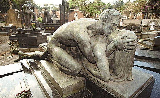 """""""Último Adeus"""", de Alfredo Oliani. Foto: Eduardo Knapp/Consolação estatuas famosas em cemitérios - Pesquisa Google"""