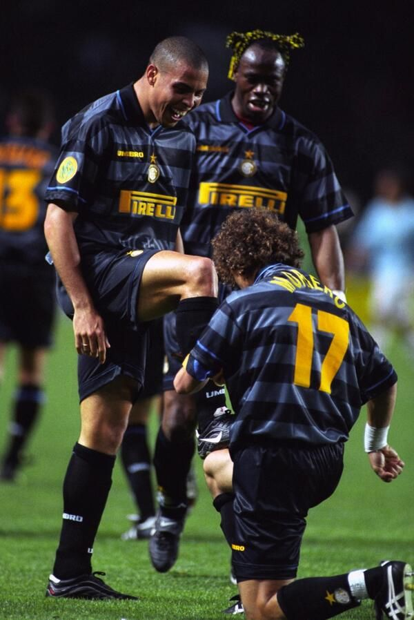 Inter's Francesco Moriero tying The Original Ronaldo's shoes.