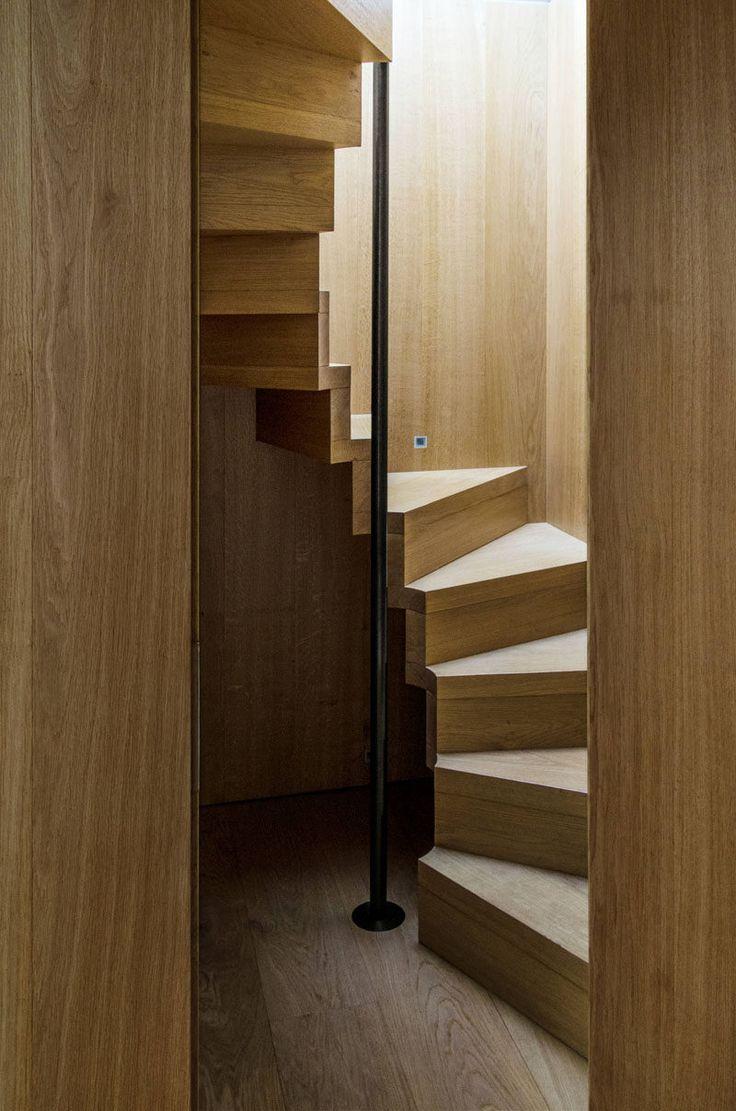 13 Escaleras diseñan las ideas para espacios pequeños // Estas escaleras de madera compacta espiral alrededor de un poste negro que se puede colgar a medida que suben hacia arriba y abajo por un poco de seguridad y apoyo adicional.