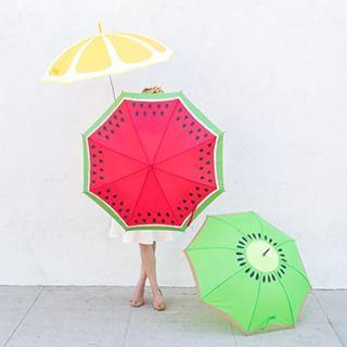 Si llueve pon tu el color y la alegría.... ¡Que no reine el gris! #colores #lluvia #alegría #positividad #paraguas #diseños #divertidos #frutas