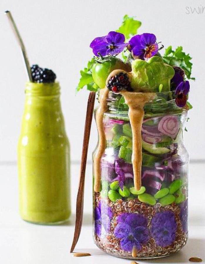 #Saladinajar : le bon réflexe pour une alimentation saineNon, le bocal n'est pas uniquement destiné aux confitures! Il est aussi un saladier trendy dans lequel glisser sa salade. Le principe de base de cette « salad in a jar » (littéralement, la salade en bocal) : superposer les ingrédients, étage après étage, pour un résultat aussi beau que bon, en commençant par la sauce, les légumes ou les légumineuses pour finir par la salade. Nos idées de recettes de salades en bocal pour s'inspirer.