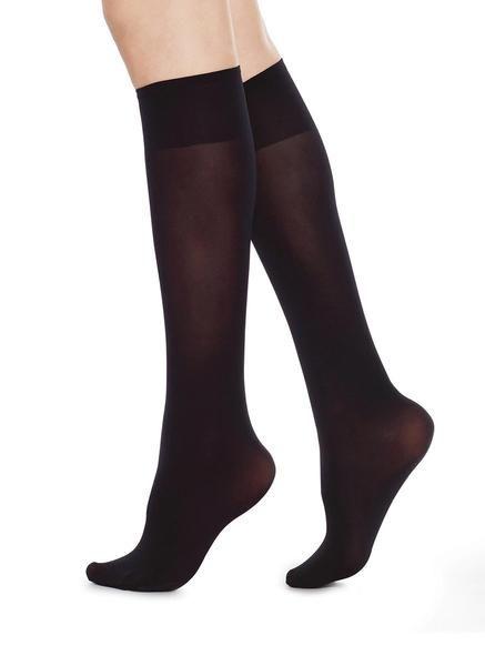 Ingrid Knee High (95 SEK): en svart #knästrumpa, #60denier, 3d-stickad,  material: 94 % polyamid, 6% elastan #nylonstrumpor, #StrumporPåNätet, #strumpbyxor, #SvartaKnästrumpor