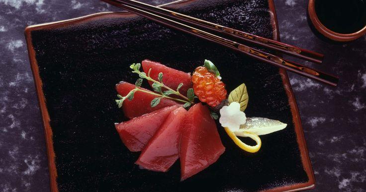 Cómo cortar el salmón para el sashimi. Aunque los amantes del sushi suelen asociar al sashimi con el atún de aleta amarilla, los filetes de salmón son un componente delicioso por su delicadeza. El sashimi no es un tipo particular de pescado. Este término de cocina describe el método de preparación de muchas variedades de pescado. Brooks Tekenaka, gerente asistente general de la Agencia ...