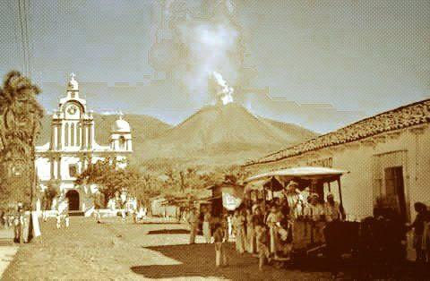 Ciudad de Izalco, Sonsonate, El Salvador 1956. Volcán en erupción, llamado El Faro del Pacifico.