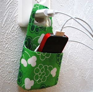 Phone and charger holder from a shampoo bottle! Simply cut out form from the bottom of the bottle and decorate in any way you like (this one with glued on fabric).  (Click on link for instructions in Swedish)