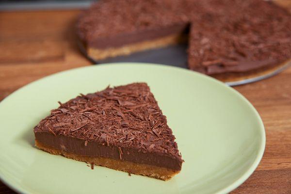 Σοκολατένια, ανάλαφρη και πανεύκολη τούρτα που θα φτιάξετε στο πι και φι. Το γιαούρτι αναμειγνύεται υπέροχα με τη σοκολάτα γάλακτος δίνοντας μια υπέροχη συνταγή για τούρτα!