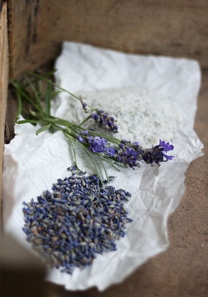 [ Lavendelsocker ] Gott som smaksättning till alla möjliga bakverk & kakor. 1 dl lavendelblommor / 1 dl strösocker | Torka lavendelblommorna några dagar. Blanda lavendel + socker, mixa till ett fint pulver. Klart!