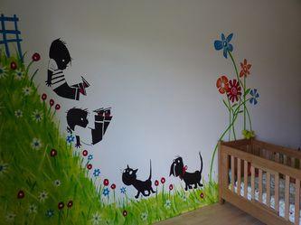 Mooie muurschildering, gras, heuvel en bloemen