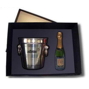 Garrafa de chandon com balde de gelo personalizado em embalagem sofisticada. O presente ideal para presentear seus clientes em datas especiais com charme e elegância.