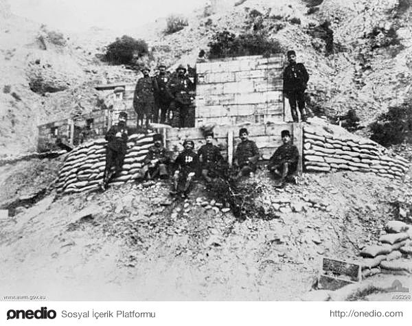 Hiç Görmediğiniz 18 Fotoğraf ile Çanakkale Savaşı. Terkedilen Anzak siperlerinde Türk askerleri