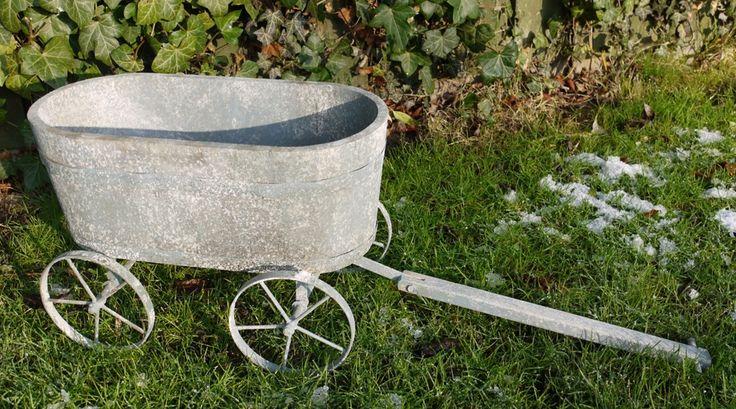Chariot jardinière en métal gris antique