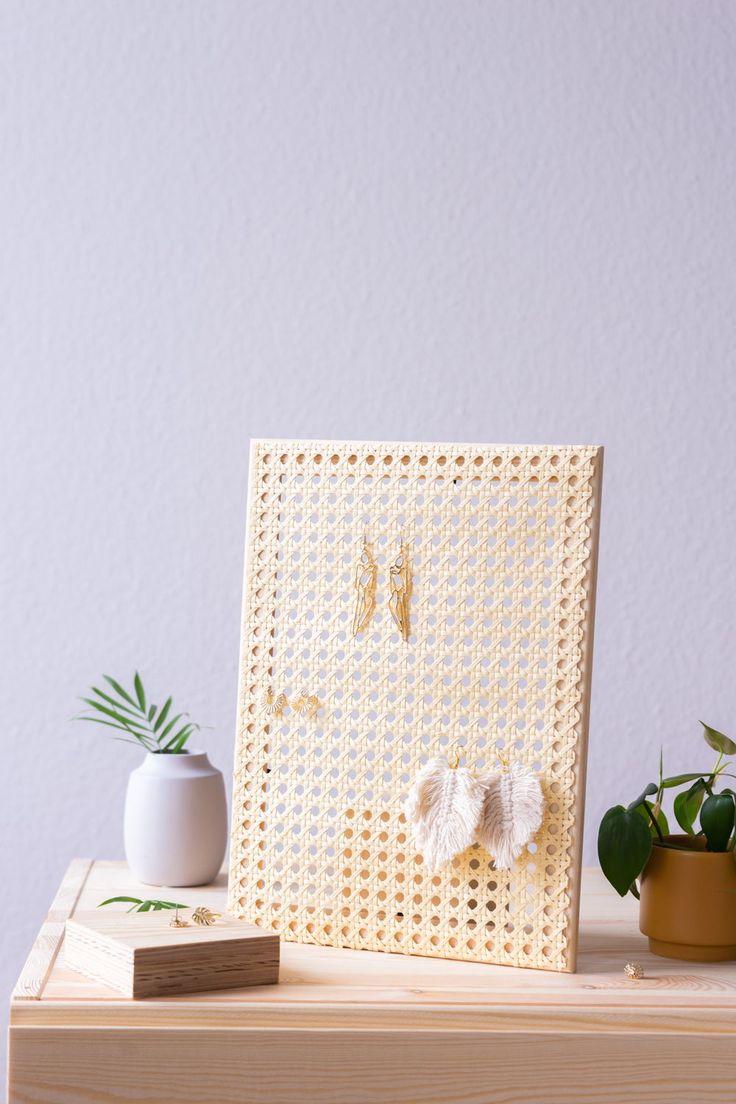 Ohrringe aufbewahren: DIY Schmuckständer basteln - aus Holz & Wiener Geflecht. Klickt auf den Blog & erfahrt, wie dieses einfache DIY Projekt umgesetzt wird!