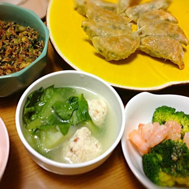 ギョウザを包むのだけは早く出来るようになったけど、イマイチ味が決まらない…まだまだ修行が足りません。 - 5件のもぐもぐ - ギョウザ、海老とブロッコリーサラダ、鶏だんごと青梗菜のスープ、セロリの葉っぱのふりかけ by marikomushi