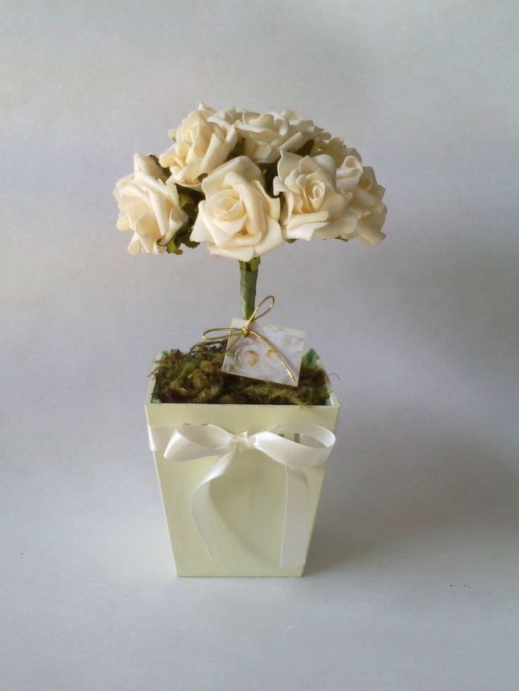 Vaso em MDF pintado, com passa-fita e buquê de rosas ! Ótima opção para centro de mesa para aniversário, batizado, casamento e etc. Acompanha embalagem, fio dourado e tag personalizada !