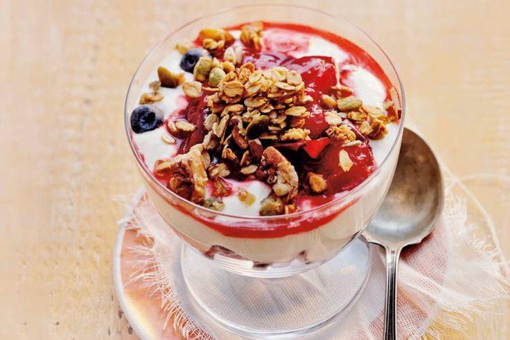 Dit gerecht maakt vroeg opstaan nét iets gemakkelijker: fruit, kwark en granola - Recept - Allerhande
