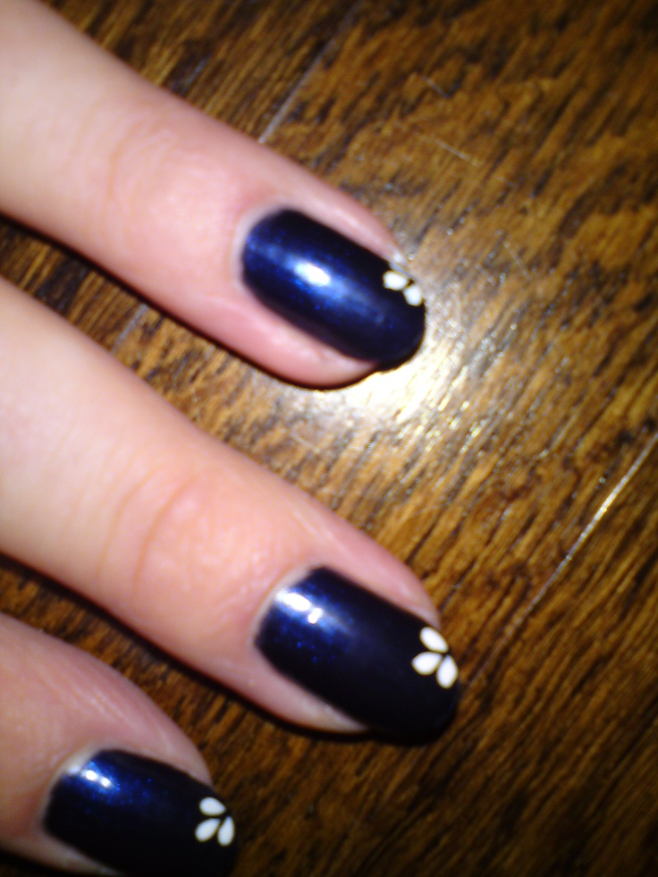 Blauwe nagels, met wit getekende 'bloemblaadjes'