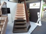 De SONNEMANS TRAP Nieuw concept bij Sonnemans Trappen. Optisch zéér interessant. De balustrade is gemaakt van het natuurlijke product LEER. Dit leidt tot een warme uitstraling van de trap.