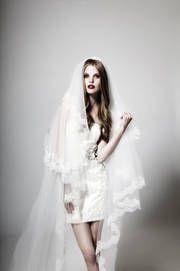 Das kurze Brautkleid ist pure Verführung - vor allem in Kombination mit dem langen Schleier. Kleid: kisui